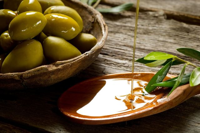 bigstock-olive-oil-over-spoon-27485588_result